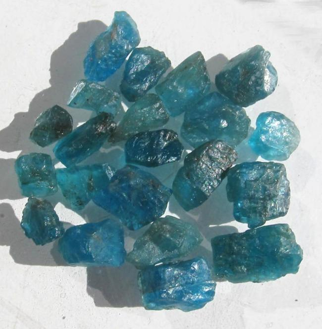 Apatit blau, 50 Ct. Rohedelsteine, Schleifware